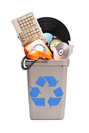 papelera de reciclaje: Estudio foto de un mont�n de cosas viejas en una papelera de reciclaje aisladas sobre fondo blanco