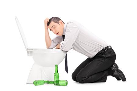vomito: El individuo borracho inclinado sobre un inodoro aislado en fondo blanco