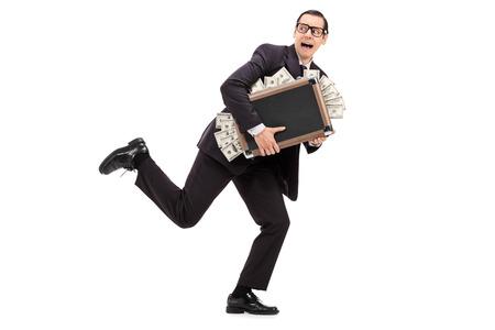 Zakenman loopt met een zak vol geld op een witte achtergrond