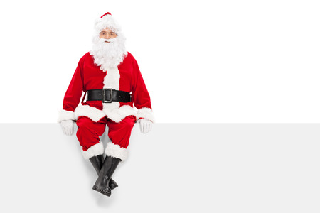 santa clos: Santa Claus sentado en una cartelera en blanco aislado en fondo blanco