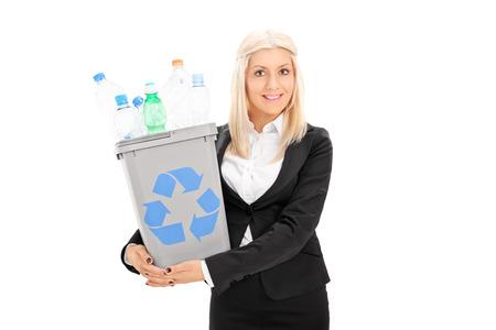 papelera de reciclaje: Joven empresaria celebraci�n de una papelera de reciclaje aisladas sobre fondo blanco