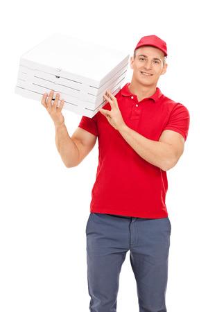 Repartidor de pizza llevando cajas por encima del hombro aisladas sobre fondo blanco