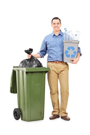 botes de basura: Retrato de cuerpo entero de un hombre con una papelera de reciclaje por un bote de basura aislado en el fondo blanco