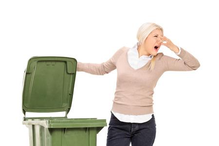 흰색 배경에 고립 된 냄새가 휴지통을 열어 여자 수 있습니다.