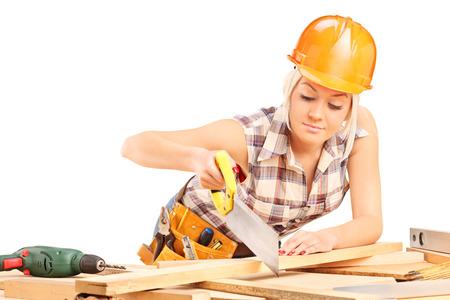 serrucho: Mujer tablón de corte carpintero con una sierra de mano aisladas sobre fondo blanco