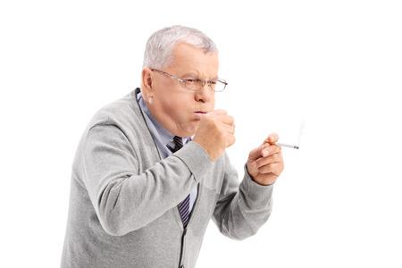 hombre fumando puro: Superior de fumar un cigarro y la tos aislada en el fondo blanco Foto de archivo