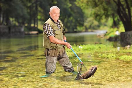 pescador: Pescador Hombre pescando con red en un r�o en un d�a soleado de verano