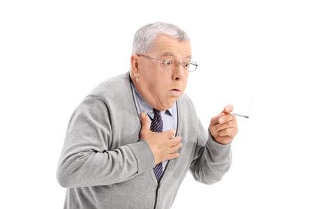 hombre fumando puro: Hombre mayor de asfixia por el humo de un cigarrillo aislado sobre fondo blanco