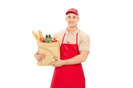 bolsa de pan: Trabajador menor masculina que sostiene una bolsa de supermercado aisladas sobre fondo blanco
