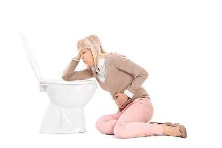 vomito: Mujer vomitando en el inodoro aislado en fondo blanco