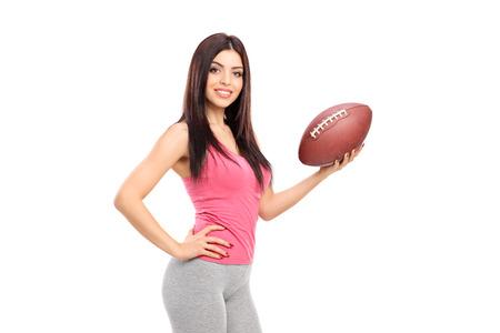 mujer deportista: Mujer atleta profesional que sostiene un balón de fútbol aislado en el fondo blanco
