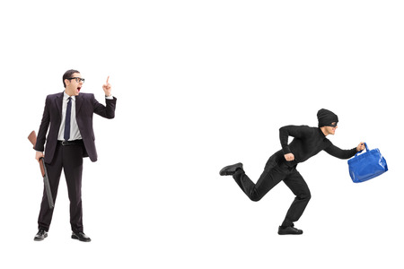 ladrón: Hombre de negocios con un rifle persiguiendo a un ladr�n aislado sobre fondo blanco