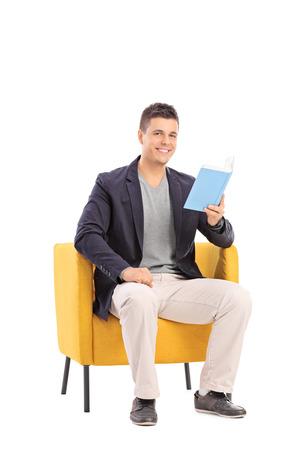 hombre sentado: Hombre leyendo un libro sentado en un sillón aislado en fondo blanco
