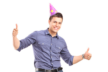 Individuo con el sombrero de fiesta que da los pulgares para arriba aislados en fondo blanco Foto de archivo - 36791273
