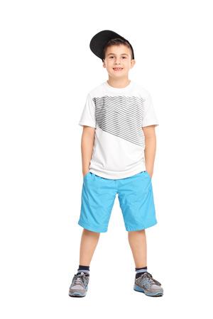 Full length portret van een leuke jongen in trendy kleding op een witte achtergrond