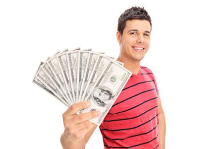 Šťastný mladý muž drží hromadu peněz na bílém pozadí