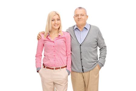 personas abrazadas: Estudio foto de un padre y su hija posando abrazó aislados sobre fondo blanco
