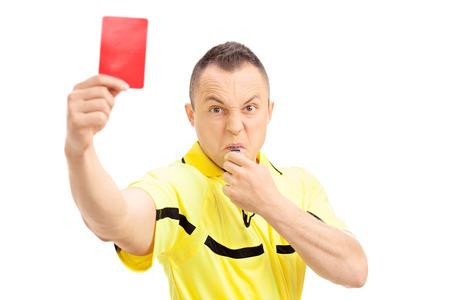 Furious voetbal scheidsrechter met een rode kaart en een fluitje blazen op een witte achtergrond Stockfoto