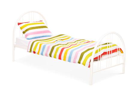 cama: Studio foto de una cama blanca con una manta y una almohada en él aislados sobre fondo blanco