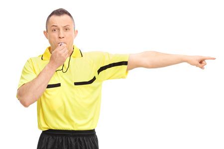 arbitros: Árbitro de fútbol enojado soplando un silbato y señalando con la mano aisladas sobre fondo blanco Foto de archivo