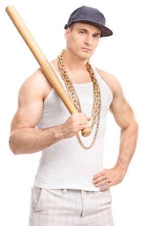 pandilleros: Tiro vertical de un gángster con una cadena de oro alrededor de su cuello con un bate de béisbol y mirando a la cámara aislada en el fondo blanco Foto de archivo