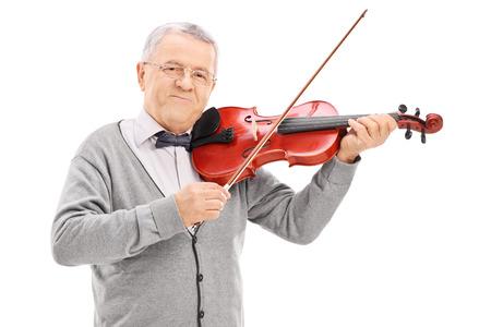 musician: M�sico mayor que juega un viol�n con una varita aislado en fondo blanco