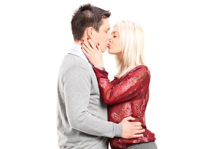 besos apasionados: Joven pareja romántica besando aislado en blanco