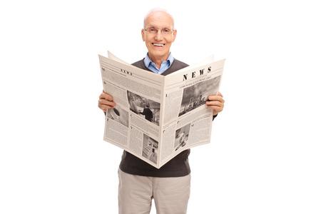 oude krant: Senior man die een krant en kijken naar de camera op een witte achtergrond Stockfoto