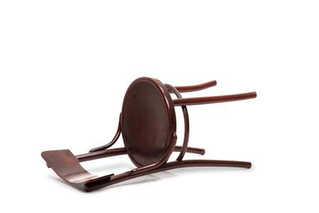 silla: Studio foto de una silla de madera de caoba marr�n ca�do en el suelo aislado en el fondo blanco