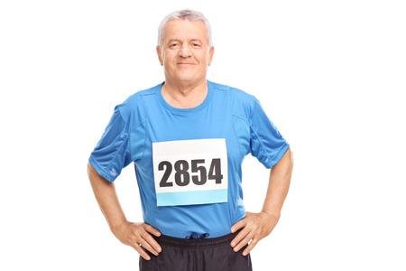 hombre viejo: Senior hombre en ropa deportiva con un n�mero de dorsal en el pecho mirando a la c�mara aislada en el fondo blanco