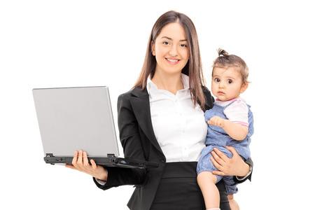 片方の手で彼女の娘を運ぶと、他の白い背景で隔離のラップトップを保持している若い実業家