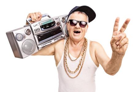 rapero: Rapero alto Desdentado sosteniendo un boombox en su hombro y haciendo un gesto con la mano aisladas sobre fondo blanco