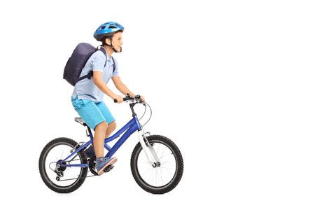 Studioaufnahme von einem Schüler mit einem Helm und einer blauen Rucksack mit dem Fahrrad auf weißem Hintergrund isoliert