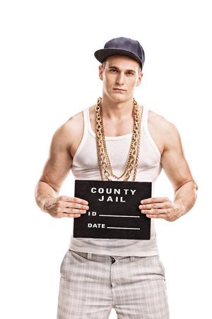 白い背景で隔離のマグカップ ショットのポーズ若い男性ギャングの垂直ショット