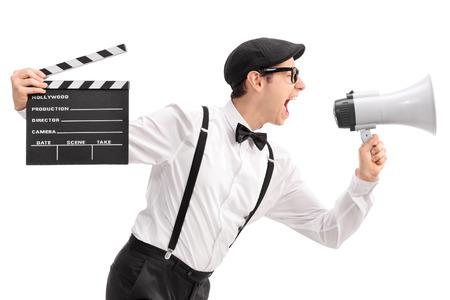 Junge Filmregisseur Halten einer Klappe und schreien auf ein Megaphon isoliert auf weißem Hintergrund