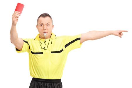 Árbitro de fútbol enojado mostrando una tarjeta roja y apuntando con la mano aisladas sobre fondo blanco Foto de archivo