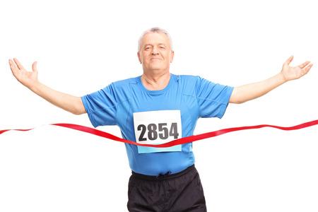 razas de personas: Corredor maduro terminar una carrera y celebrar su victoria sobre fondo blanco
