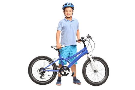 bicycle: Pleine longueur portrait d'un petit gar�on avec un casque bleu posant avec sa bicyclette isol� sur fond blanc