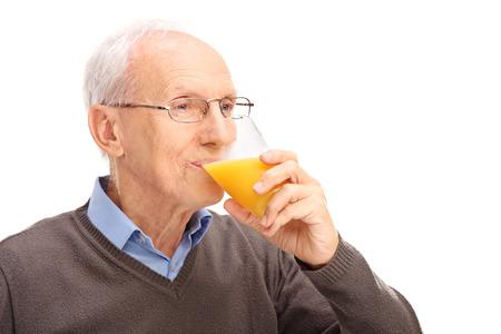 personas mirando: Estudio de un disparo alto de beber un jugo de naranja aislada sobre fondo blanco