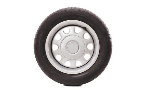 llantas: Estudio tirado de un neumático de coche aislado en el fondo blanco Foto de archivo