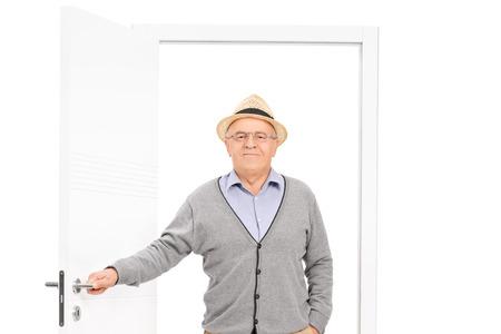 abriendo puerta: Superior entrar en una habitación aislada en el fondo blanco