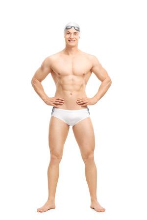 In voller Länge Portrait eines jungen stattlichen Schwimmer posiert in weißen Badehose isoliert auf weißem Hintergrund