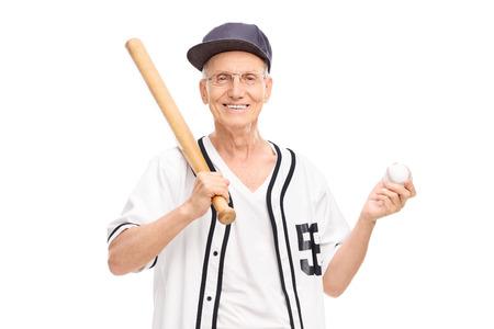hombre con sombrero: Mayor activo en camiseta de béisbol con un bate de béisbol y una pelota de aislados en fondo blanco