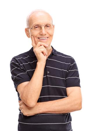 persona mayor: foto de estudio vertical de un caballero mayor sonriente y mirando a la cámara aislada en el fondo blanco Foto de archivo