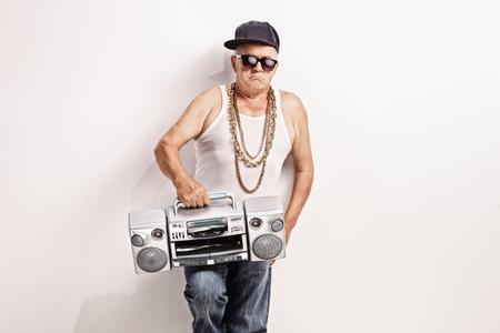 rapero: Rapero Hardcore alto sosteniendo un ghetto blaster y mirando a la cámara
