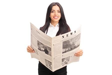 periodicos: Joven empresaria alegre celebración de un periódico y mirando a la cámara aislada en el fondo blanco