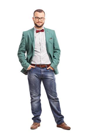 bata blanca: Retrato de cuerpo entero de un hombre joven que presenta en un abrigo verde y una corbata de lazo rojo aislado en el fondo blanco Foto de archivo