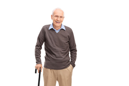 Starší muž s holí s úsměvem a představují na bílém pozadí