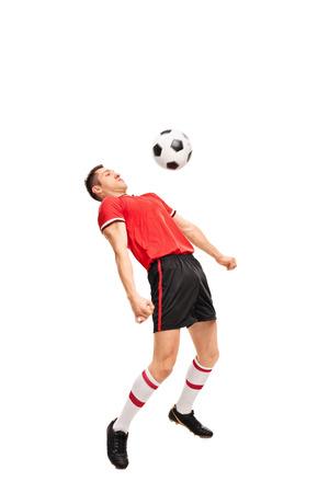 sportsman: Retrato de cuerpo entero de un joven deportista en el fútbol de juego maillot rojo aislado en fondo blanco