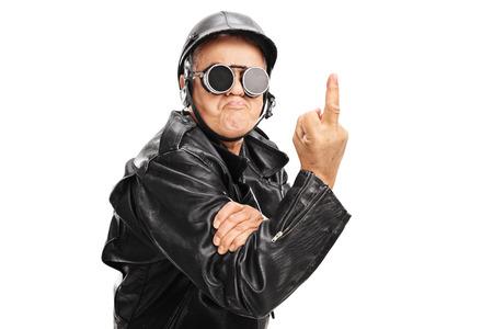 foda: Biker mayor enojada con los anteojos negros y casco mostrando un dedo medio hacia la cámara aislada en el fondo blanco Foto de archivo
